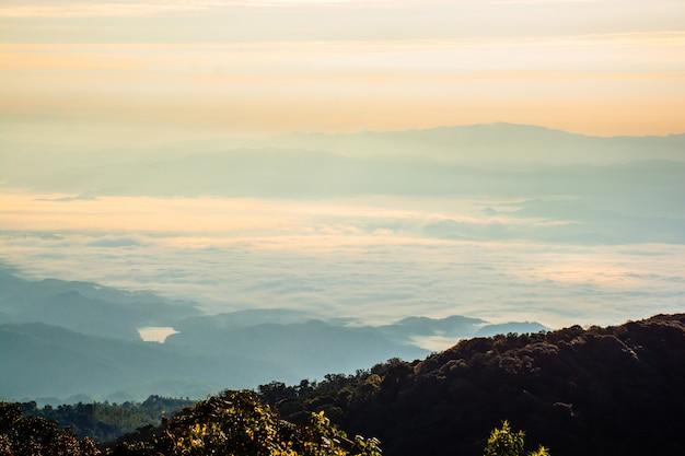 風景、山そしてタイの丘