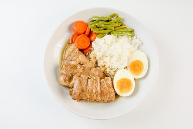 ポークリブ焼き、ご飯、ゆで卵、野菜