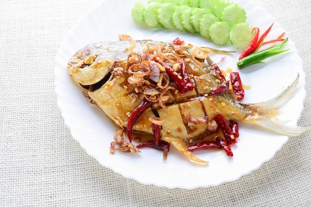 黒コショウニンニクを使った揚げたホワイトポムフレット、すばやく簡単な料理。