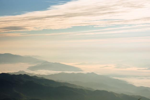曇りと霧の風景、霧のある山と丘