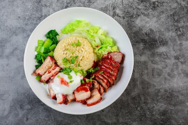 バーベキュー赤豚と赤いソースのカリカリ豚、白い皿にご飯と野菜を添えて、