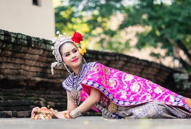 典型的な伝統的なタイのドレスを着ているアジアの女性、それは文字通り意味です