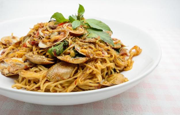 Жареная лапша с моллюсками и зеленью, острое и острое блюдо