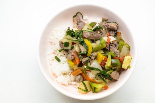 Жареная курица и смешанные внутренности со сладким чили с рисом на блюде