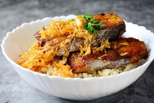 スライスしたバサ魚をニンニクで揚げ、玄米を添えて。