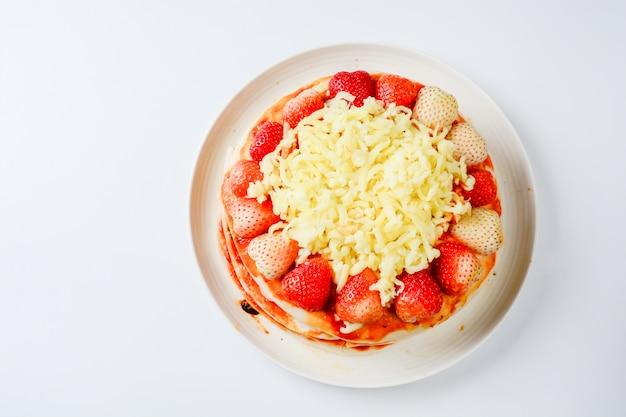 イチゴとチーズのピザ