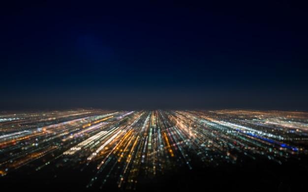 抽象的な長時間露光、実験的なシュールな写真、夜の街と車のライト
