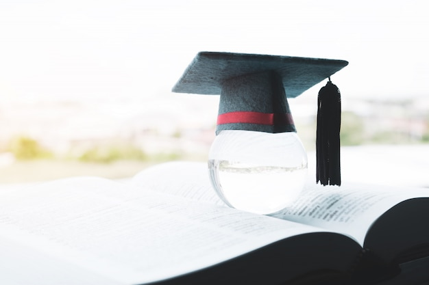 グローバルでの教育、教科書のトップクリスタルボールの卒業キャップ