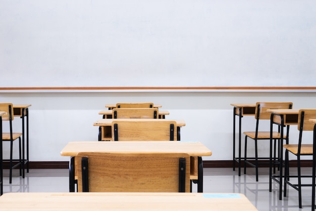 デスクスクールウッド、グリーンボード、ホワイトボードを備えた空の学校の教室