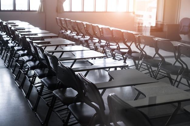 学校の空教室または机のある講義室は、講義セミナーのための鉄の木の椅子です。