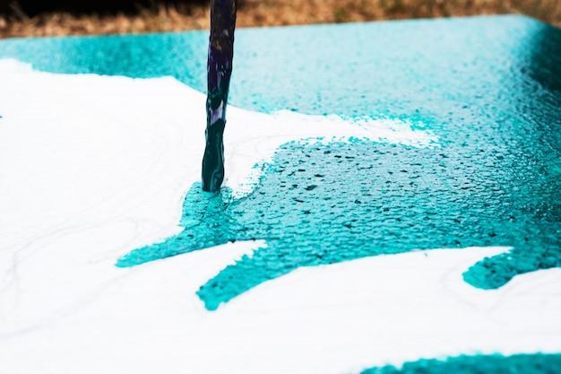 手の学生アーティスト絵画水彩画抽象の紙の作成に描画ブラシのある風景