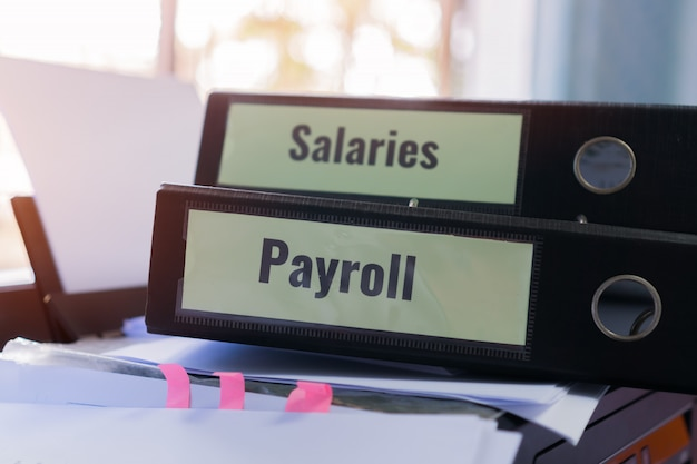 人事 - 人事ビジネスと簿記会計の概念。給与給与フォルダスタック