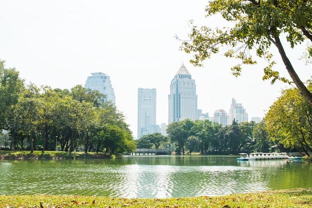 ルンピニー公園、バンコクのパトゥムワン地区でタワーの建物バンコクのスカイラインの眺め。