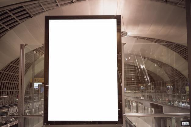 ターミナル空港でのゲストの乗客のための椅子とブランクの看板広告パネル