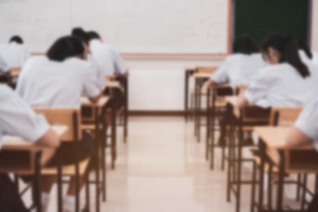 真剣に考えながら教育テストや入学試験を受ける学校試験の学生