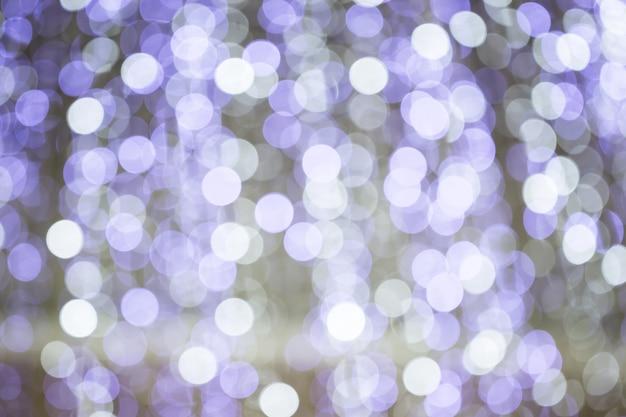 Фиолетовый блеск огней расфокусированным рождество боке размытие фона города в партии украшения ночного света
