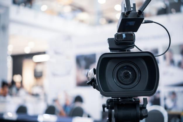 カンファレンスホールでのグランドオープンのフィルム撮影を記録するビデオカメラのフィルムレンズライブストリーミング