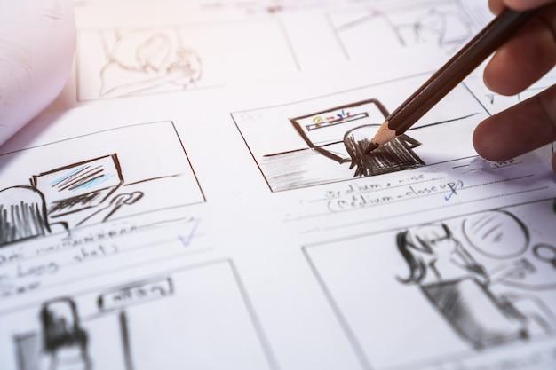 制作前のハンズオンストーリーボードムービーレイアウト、プロセスプロダクションメディアフィルム用のクリエイティブなストーリーテリング描画。ビデオエディターのスクリプトを作成し、メーカー撮影で表示されるグラフィックを作成する