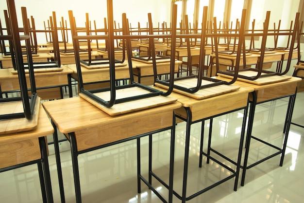 Лекционная комната или школа пустой класс с письменными столами и стулом из железа в школе в таиланде