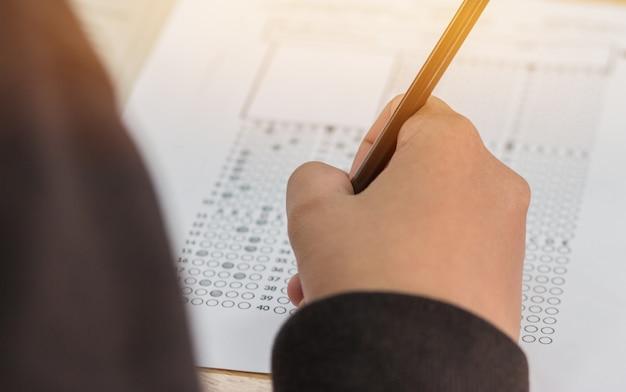高校や大学の学生の手に試験を受ける