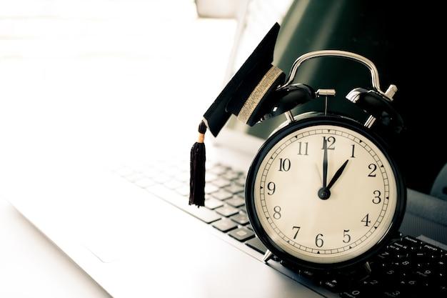 コンピュータ上のトップレトロ目覚まし時計に卒業キャップ