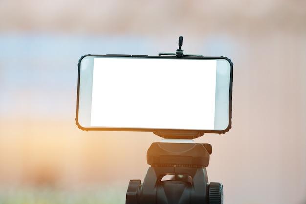 Жк-экран пустой смартфон на штативе для копирования места в текстовом сообщении