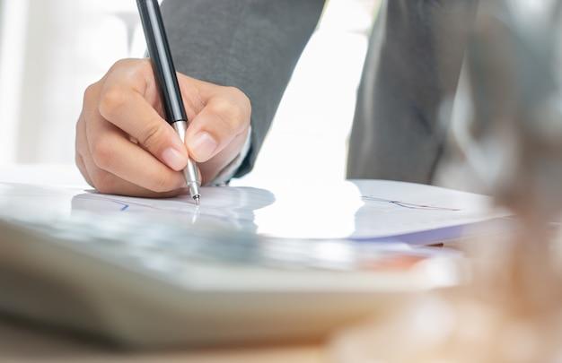 Азиатский бизнес женщина менеджер проверки и подписания заявителя заполнения документов