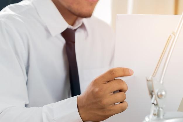 Азиатский бизнесмен менеджер проверка подписывание заявителя заполнение документов отчеты документы приложение
