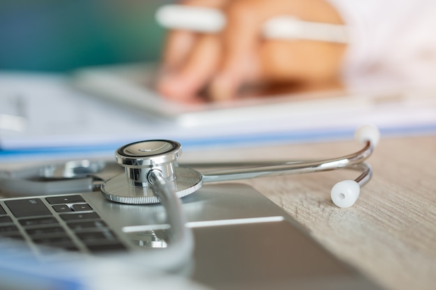 手の医師の書き込みと処方クリップボードでの作業
