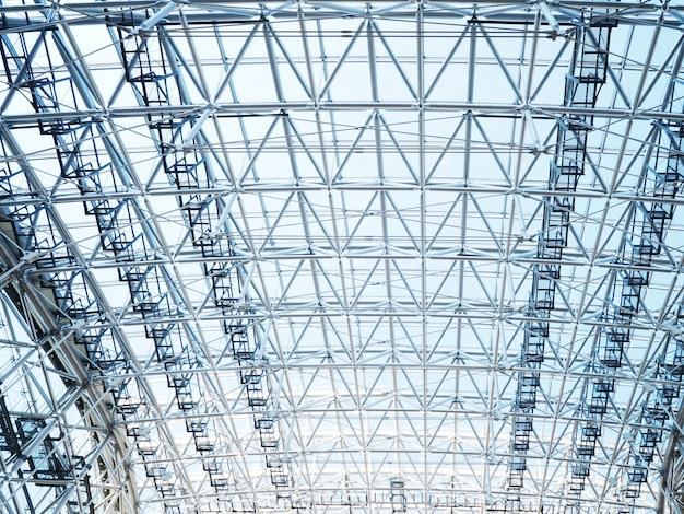 モダンな建物の金属フレームワークの屋根の建設。