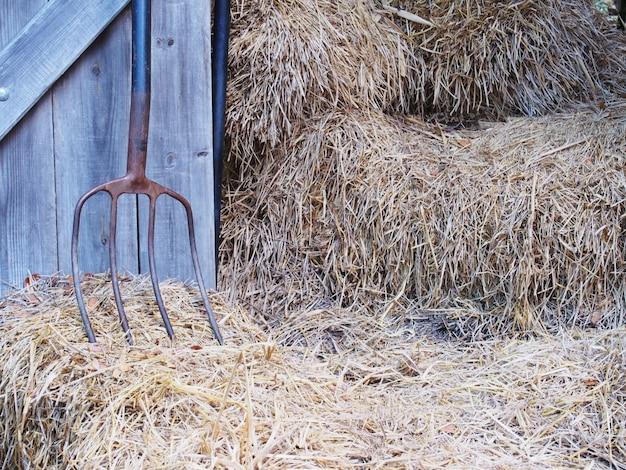 鉄の熊手、木製のドア、稲わら。