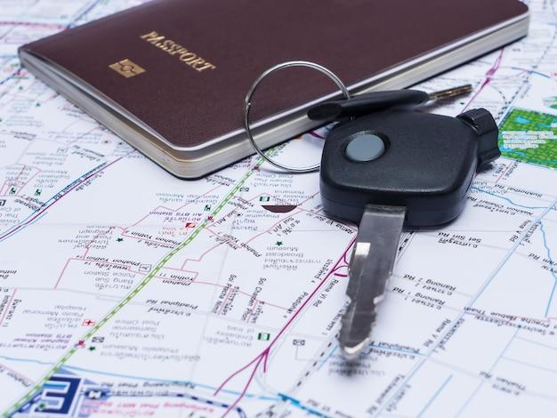 Ключ от автомобиля и паспорта на карте