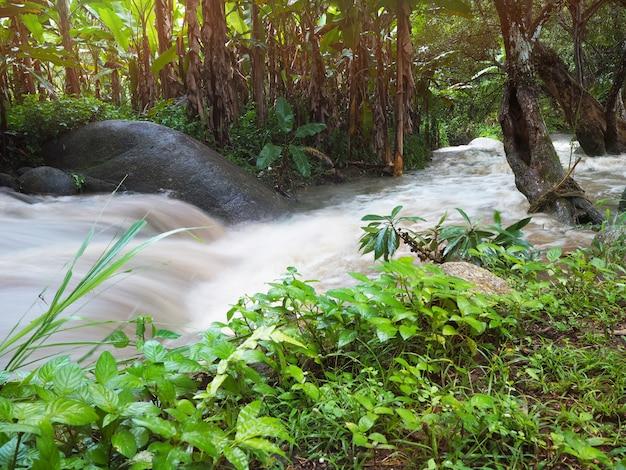 小さな運河の水の流れる動き