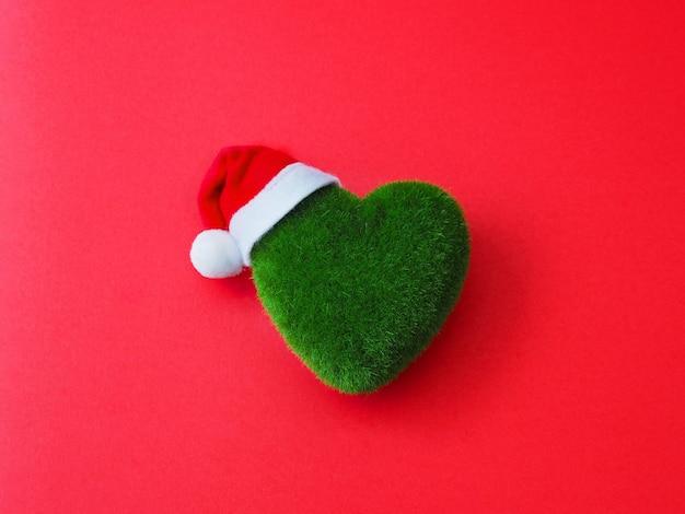 Зеленое сердечко и шапка санта-клауса