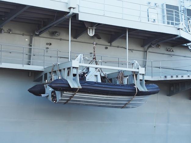 空気の中に吊るした救命艇