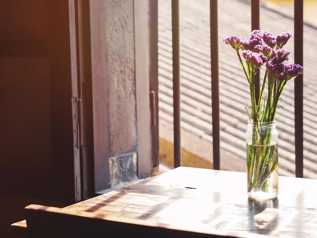 窓の近くのガラス花瓶にラベンダーの花