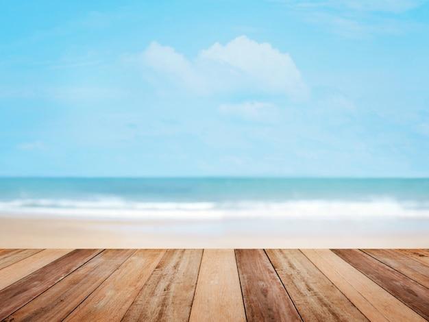夏のビーチと青い空の上の木のテーブルトップ
