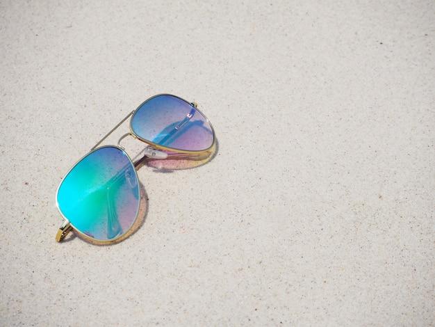 砂の上のファッショナブルなミラーサングラス