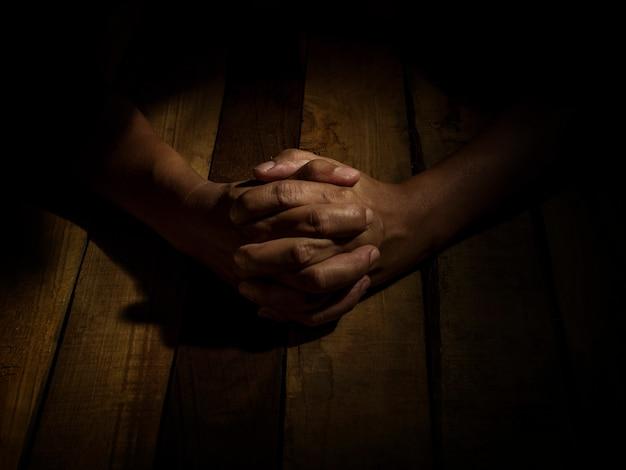 祈りの絵または被告人の捜査。そして心配のコンセプト。