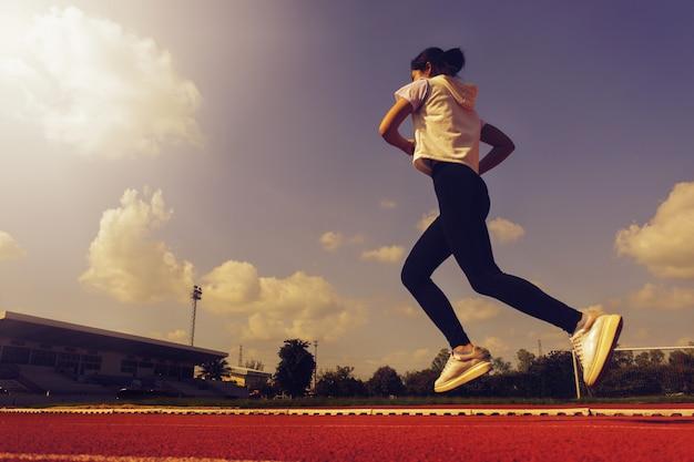 健康のために美しい少女が走っています。ハッピーランニング