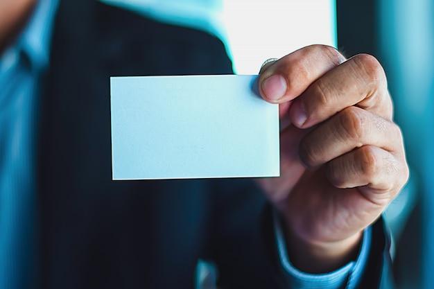 自己紹介をするための建設・商工業の名刺を写した写真。