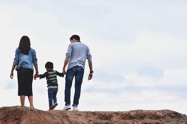 Показаны счастье в семье из поездки на выходные.