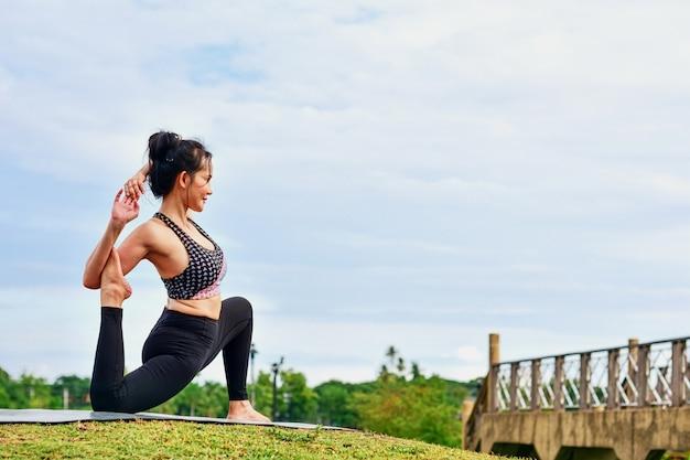 Красивые женщины поддерживают здоровье с помощью упражнений йоги.