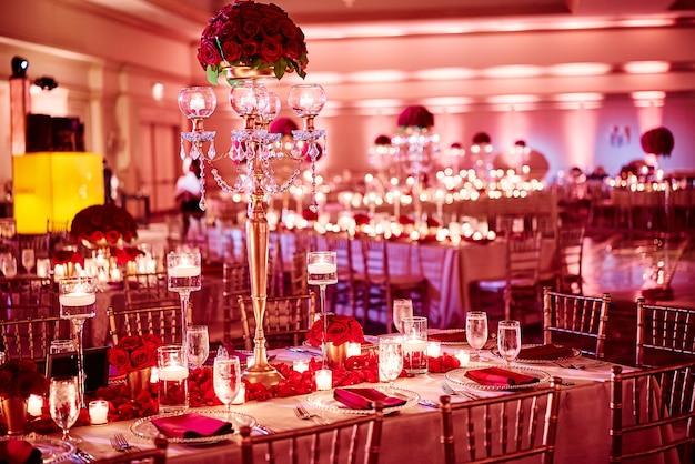 Индийское свадебное оформление ужина с роскошным красным золотом