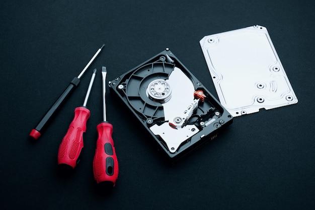 ドライバー、覆いを取られていないハードディスクドライブ修理の概念