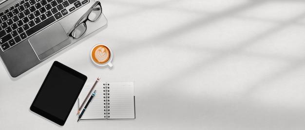 ホワイトオフィスデスクトップ職場、コピースペース、フラットレイアウトのビジネスコンセプト