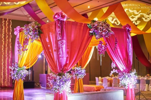 花嫁のためのカラフルなステージの装飾