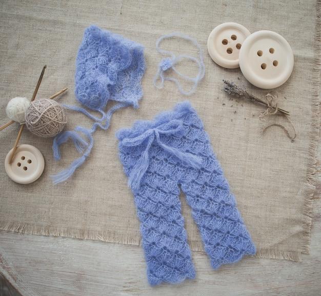 赤ちゃんのためのかわいい青い編みの服
