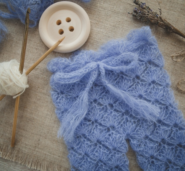 かぎ針編みの青い赤ちゃんのズボン