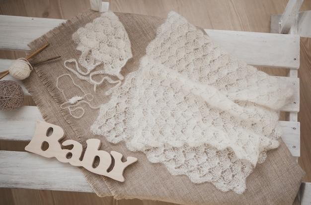 白くかわいい赤ちゃんの帽子とスカーフ